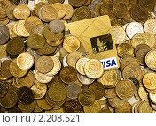 Пластиковая карта под грудой монет