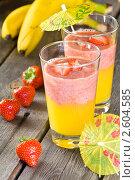 Фруктовый коктейль (смузи) из клубники, бананов и апельсинового сока, фото № 2604585, снято 15 июня 2011 г. (c) Давид Мзареулян / Фотобанк Лори