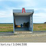 Уставший турист на автобусной остановке