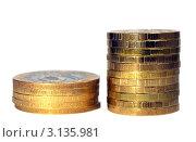 Две разные стопки монет
