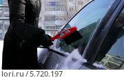 Девушка очищает автомобиль от снега, видеоролик № 5720197, снято 10 февраля 2014 г. (c) Иван Артемов / Фотобанк Лори