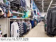 Продажа одежды в магазине, фото № 6577329, снято 23 октября 2014 г. (c) FotograFF / Фотобанк Лори