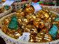 Яркие новогодние елочные игрушки в корзинке на прилавке магазина. ГУМ-ярмарка на Красной площади в Москве, фото № 6808217, снято 12 декабря 2014 г. (c) lana1501 / Фотобанк Лори