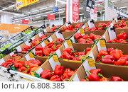 Продажа свежих овощей в сетевом гипермаркете, фото № 6808385, снято 16 декабря 2014 г. (c) FotograFF / Фотобанк Лори