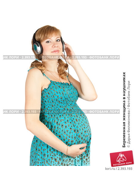 Беременная женщина в наушниках