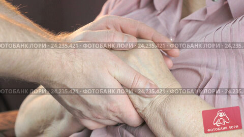 Человек во сне гладит свои руки