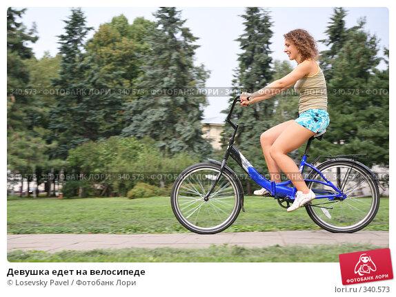 Девушка едет на велосипеде, фото № 340573, снято 21 декабря 2014 г. (c) Losevsky Pavel / Фотобанк Лори