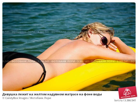 devushka-na-matrase-foto