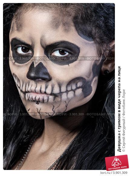 Девушка с пугающим гримом на лице. . Макияж к празднику Хеллоуин.