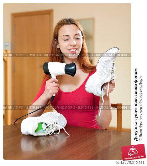 Девушка сушит кроссовки феном; фото 5310981, фотограф Яков Филимонов. Фотобанк Лори - Продажа фотографий, иллюстраций и изображе