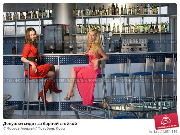 foto-devushka-za-barnoy-stoykoy