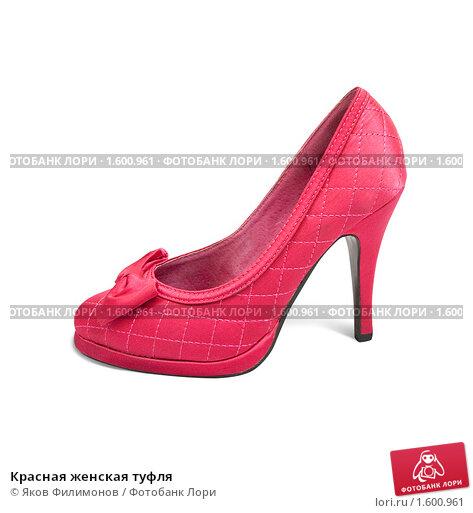Красная лакированная туфля и подвеска на шею на белом фоне.
