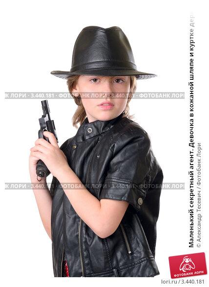 Маленький секретный агент. Девочка в кожаной шляпе и куртке держит в руках пистолет; фото 3440181, фотограф Александр Тесевич. Ф