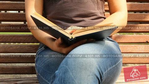 Девушка Читает Книгу Сидя На Вибраторе