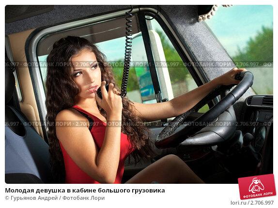 golie-parni-kupayutsya-v-prorubi