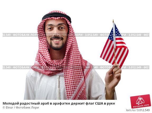 держит флаг
