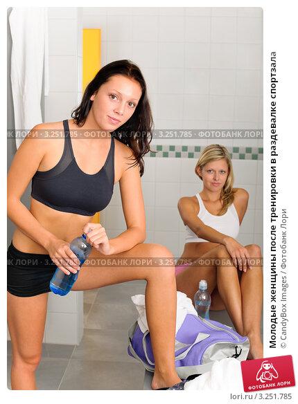 Молодые женщины после тренировки в раздевалке спортзала, фото 3251785