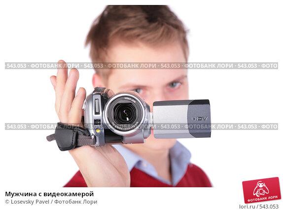 muzh-snimaet-na-videokameru
