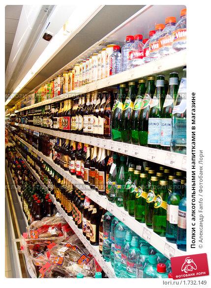 Полки с алкогольными напитками в магазине, фото 1732149.