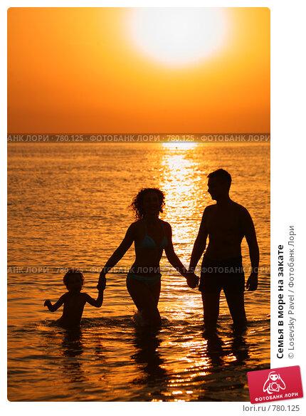 Семья в море на закате фото 780125