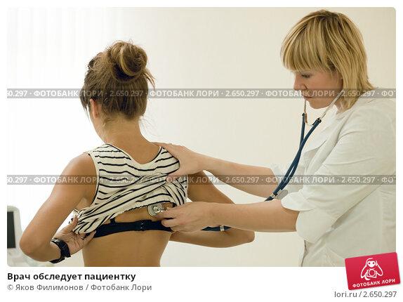 molodoy-doktor-osmatrivaet-devushku