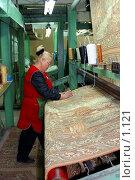 Купить «Сотрудница коврового комбината за работой», фото № 1121, снято 20 июля 2019 г. (c) Александр Михеев / Фотобанк Лори