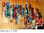 Купить «Сотрудница коврового комбината показывает образцы шерсти», фото № 1133, снято 19 августа 2018 г. (c) Александр Михеев / Фотобанк Лори