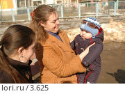 Купить «Мама с младенцем на руках», фото № 3625, снято 5 апреля 2006 г. (c) Юлия Яковлева / Фотобанк Лори