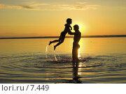 Купить «Счастливая семья на вечернем пляже», фото № 7449, снято 19 февраля 2019 г. (c) Коваль Василий / Фотобанк Лори