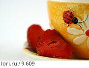Купить «Желтая чашка с клубникой на белом фоне», фото № 9609, снято 29 июня 2006 г. (c) Ольга Красавина / Фотобанк Лори