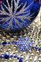 Стеклянный праздничный шар и снежинка синего цвета на фоне из бус, фото № 14125, снято 19 ноября 2006 г. (c) Александр Паррус / Фотобанк Лори