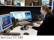 Оборудование цифровой аудио и видеостудии. Оператор за работой (2007 год). Редакционное фото, фотограф Юрий Синицын / Фотобанк Лори