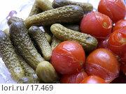 Купить «Маринованные огурчики и помидоры на праздничном столе», фото № 17469, снято 31 декабря 2006 г. (c) Юрий Синицын / Фотобанк Лори