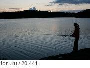 Купить «Девушка ловит рыбку на берегу озера поздним вечером», фото № 20441, снято 2 сентября 2006 г. (c) Vladimir Fedoroff / Фотобанк Лори