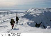Купить «Двое поднимаются по гребню горы, Хибины», фото № 30621, снято 24 марта 2007 г. (c) Vladimir Fedoroff / Фотобанк Лори
