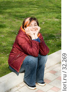 Купить «Улыбающаяся девушка, сидящая на бордюре», фото № 32269, снято 22 октября 2018 г. (c) SummeRain / Фотобанк Лори