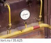 Купить «Манометр на трубопроводе газоснабжения печи обжига керамической плитки», фото № 35625, снято 16 октября 2003 г. (c) Крупнов Денис / Фотобанк Лори