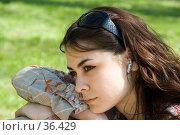 Купить «Задумчивая девушка в наушниках», фото № 36429, снято 16 июля 2018 г. (c) SummeRain / Фотобанк Лори