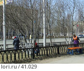 Купить «Покраска деревьев», фото № 41029, снято 6 мая 2007 г. (c) Нурулин Андрей / Фотобанк Лори