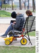 Купить «Молодые родители», фото № 44081, снято 1 мая 2007 г. (c) Юрий Синицын / Фотобанк Лори