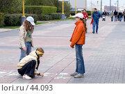 Купить «Девочки рисуют мелками на тротуаре», фото № 44093, снято 13 мая 2007 г. (c) Юрий Синицын / Фотобанк Лори