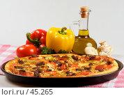 Купить «Пицца с сыром моццарелла, мясом, помидорами и огурцом», фото № 45265, снято 17 мая 2007 г. (c) Татьяна Белова / Фотобанк Лори