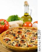 Купить «Пицца с сыром моццарелла, грибами, колбасой, помидорами», фото № 45297, снято 17 мая 2007 г. (c) Татьяна Белова / Фотобанк Лори