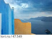 Купить «Голубая и оранжевая стена на фоне моря», фото № 47549, снято 16 сентября 2005 г. (c) Знаменский Олег / Фотобанк Лори
