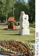 Купить «Дмитров. Гипсовая скульптура и клумба в виде колодца», фото № 52189, снято 12 июня 2007 г. (c) Julia Nelson / Фотобанк Лори