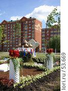 Купить «Дмитров. Цветочные клумбы на улице города», фото № 53669, снято 9 июня 2007 г. (c) Julia Nelson / Фотобанк Лори