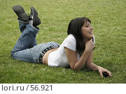 Купить «Счастливая девушка на траве», фото № 56921, снято 18 сентября 2019 г. (c) Леонид Козлов / Фотобанк Лори