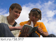 Купить «Ребята изучают руководство», фото № 58917, снято 30 июня 2007 г. (c) Роман Коротаев / Фотобанк Лори