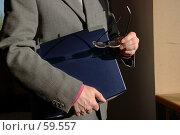 Купить «Бизнесмен с ноутбуком в руках смотрит в будущее своего бизнеса», фото № 59557, снято 21 июня 2005 г. (c) Harry / Фотобанк Лори