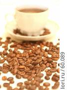 Купить «Белая чашка с кофейными зернами стоит на кофейных зернах», фото № 60089, снято 3 ноября 2006 г. (c) Останина Екатерина / Фотобанк Лори